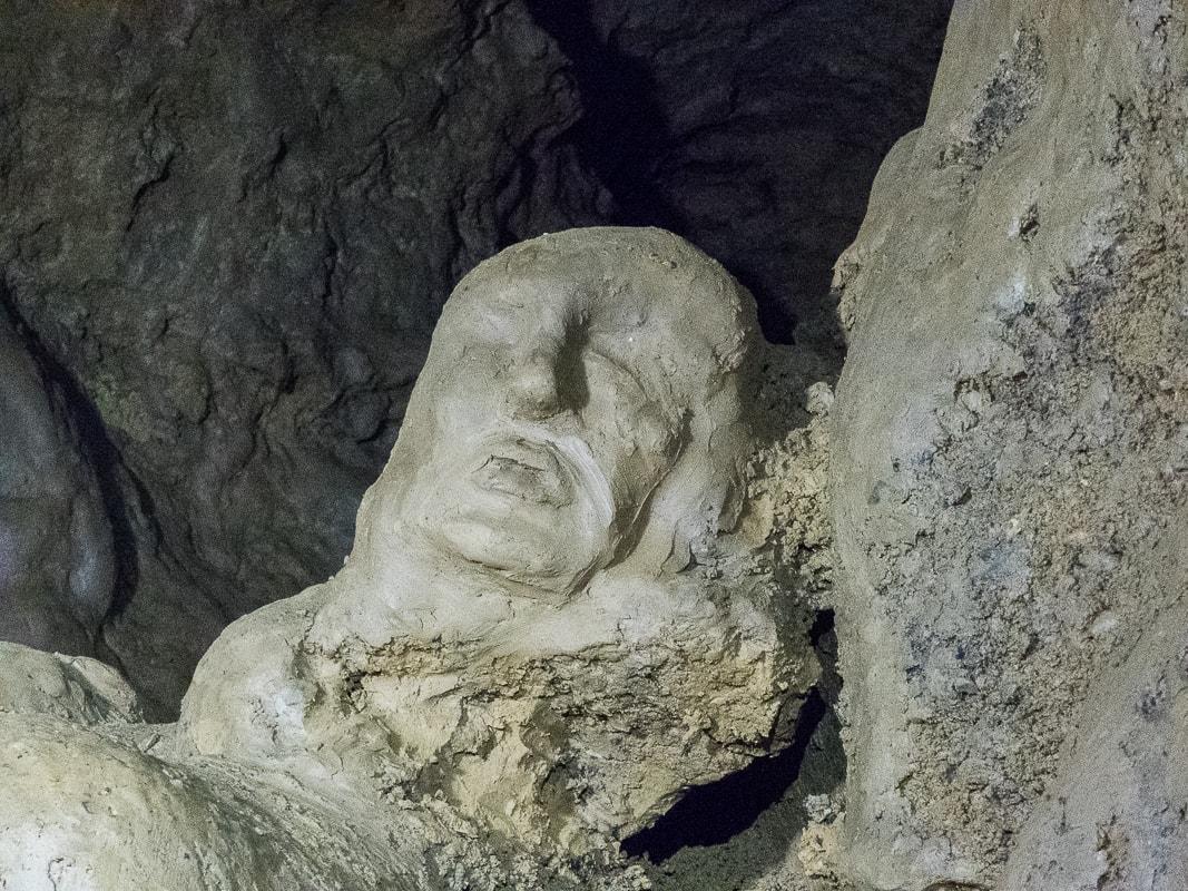 Rivière souterraine de Champdeniers - sculpture dans le couloir du labyrinthe