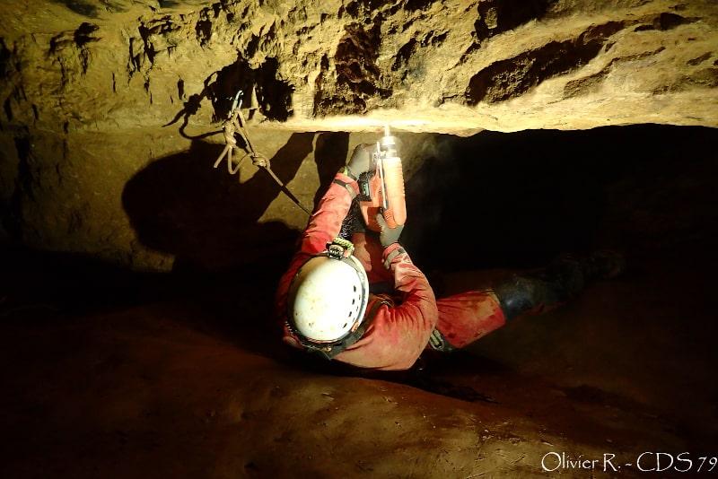 installation goujon amarrage spéléo rivière souterraine de champdeniers aout 2021-min